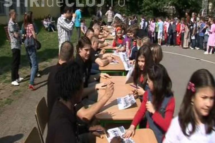 Baschetbalistii de la U Mobitelco au impartit autografe la Liceul Onisifor Ghibu - VIDEO