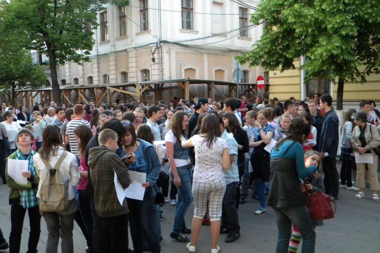 Maghiarii au recitat poeziile lui Dsida Jeno in centrul Clujului! VIDEO si FOTO