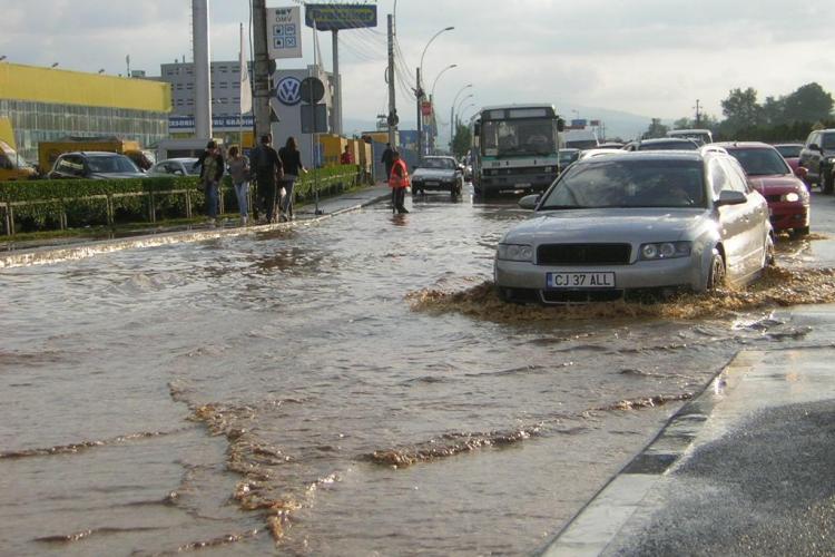 Ploaia a inundat DN1 la iesirea din Cluj spre Oradea. Circulatia este ingreunata! - GALERIE FOTO