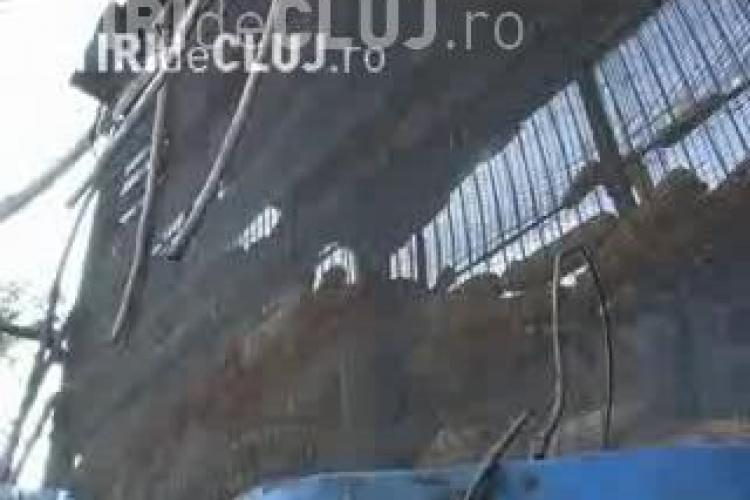 Doi soti din Dej au ajuns la spital, dupa ce un siloz de 300 kg a cazut peste ei! Femeia este in stare grava, barbatul ranit usor VIDEO
