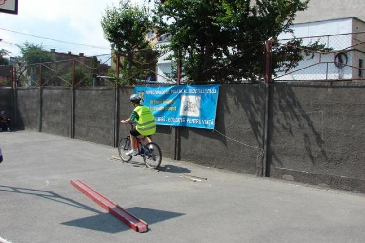 Elevii clujeni s-au intrecut intr-un concurs privind respectarea regulilor de circulatie cu bicicleta