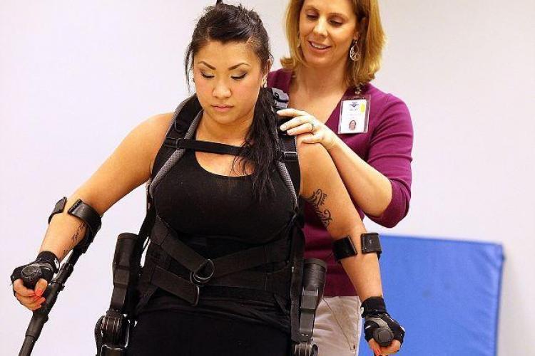 O femeie paralizata a umblat folosind picioare robotice FOTO si VIDEO