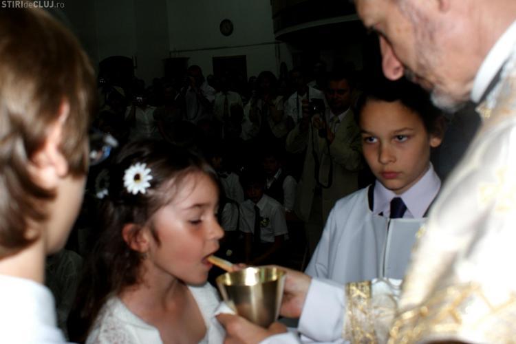 44 de copii au primit prima impartasanie din partea episcopului Florentin Crihalmeanu VEZI FOTO