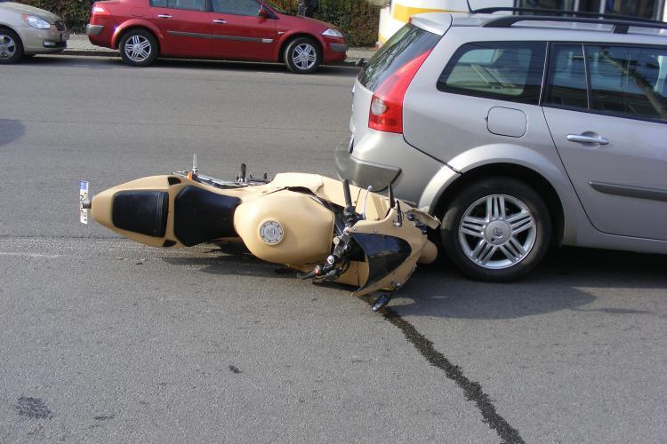 Motociclist lovit pe Eroilor de un autoturism care iesea din curtea PDL Cluj