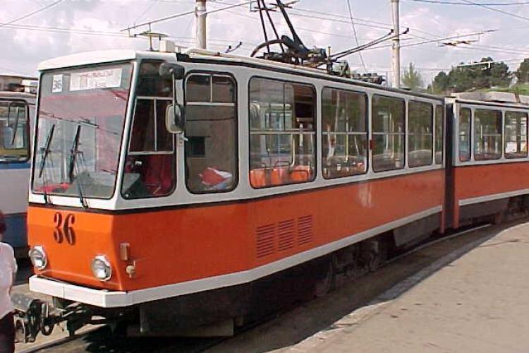 Circulatia tramvaielor a fost oprita astazi pe strada Splaiul Independentei din Cluj-Napoca din cauza unui utilaj ramas pe linia de tramvai