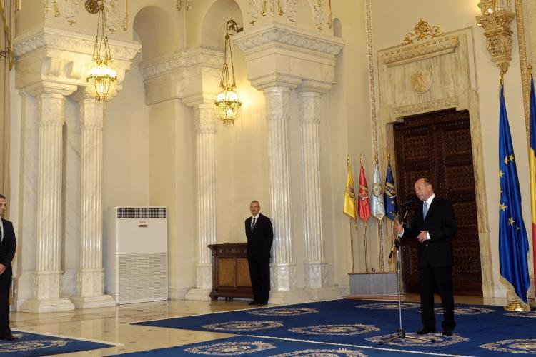 Traian Basescu la ceremonia de depunere a juramantului de catre Sebastian Lazaroiu: Sampanie nu e, ca e recesiune!