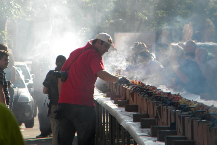 Frigaruia bloggerilor a invins corul carcotasilor! VEZI cum a fost gatita frigaruia lunga de 101 metri VIDEO si FOTO