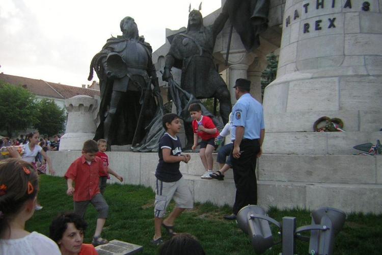Aflata in centrul unui scandal, statuia lui Matei Corvin este pazita bine de politisti - GALERIE FOTO