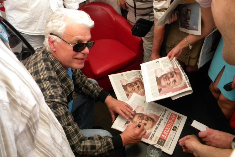 TIFF 2011: Michele Placido asaltat de zeci de clujeni pentru autografe. Celebrul Corrado Cattani a fost la un pas sa piarda avionul FOTO
