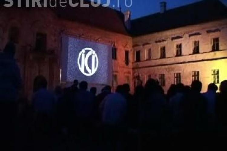 """TIFF 2011: 1.000 de oameni au vizionat filmul """"Odessa in flacari"""" in curtea castelului Banffy. Organizatorii au adus scaune din sat VIDEO"""