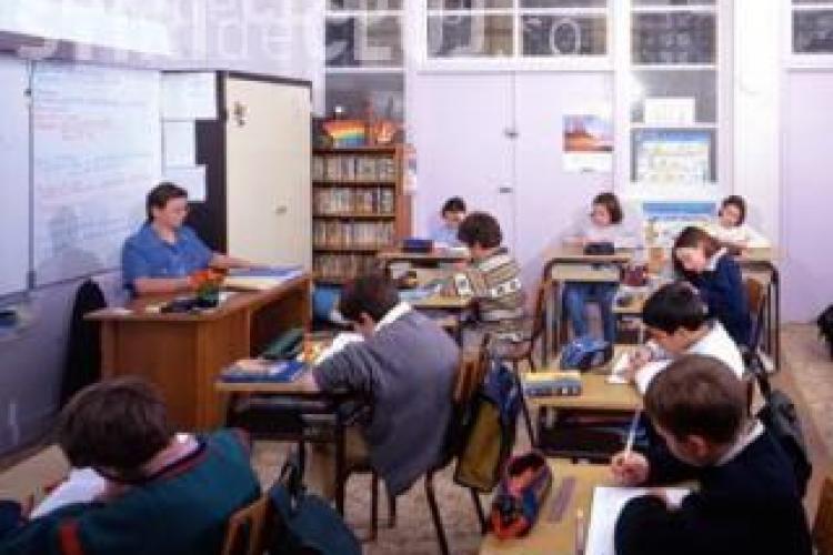 Absolventii de clasa a VIII-a incep luni examenele de evaluare