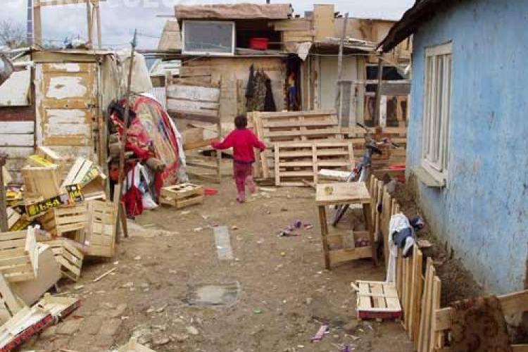 CFR vrea sa ii evacueze pe tiganii care si-au facut o colonie langa Gara din Someseni! ONG -urile protesteaza printr-o petitie