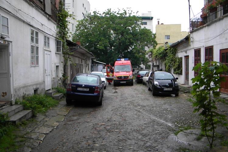 Barbat prins sub un zid de beton pe strada Motilor - FOTO