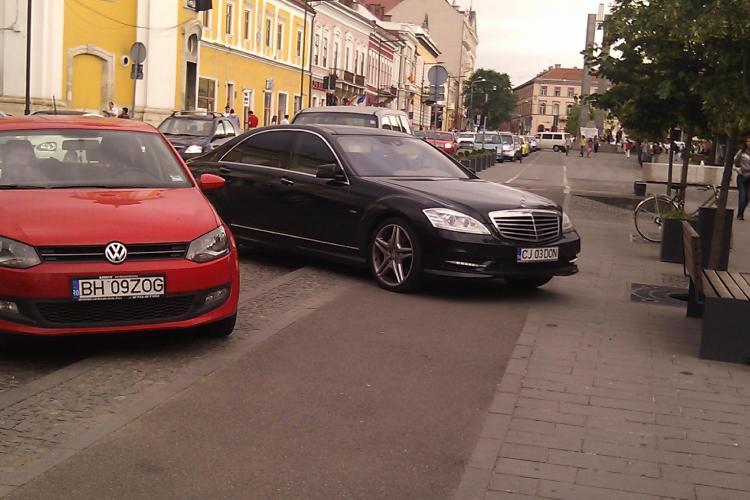 Smecher de Cluj! Si-a parcat masina de lux pe pietonala de pe Eroilor, langa terasa STIREA CITITORULUI