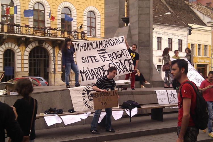 """Tinerii au protestat la Cluj contra FMI: """"Romanii nu mai stiu protesta. Ii vom invata noi"""" VIDEO"""