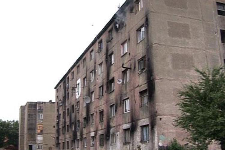 Zid in jurul unui bloc cu romi la Baia Mare VIDEO