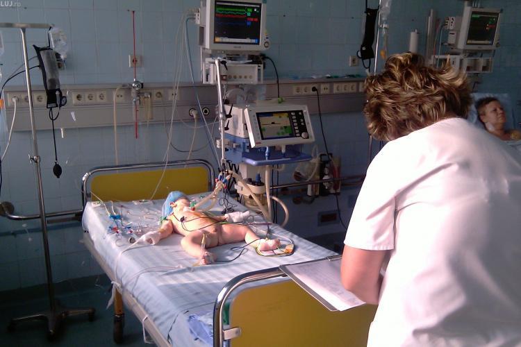 Bebelus de 14 zile operat cu succes la Cluj. Copilul suferea de o malformatie grava