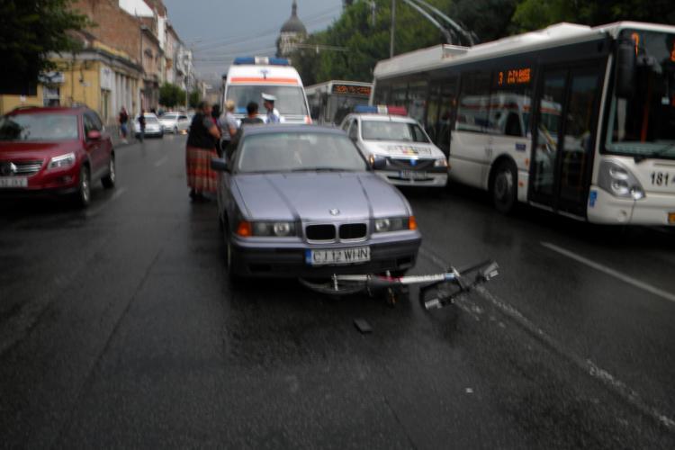 Biciclist spaniol, accidentat in Piata Stefan cel Mare de o soferita VIDEO si FOTO