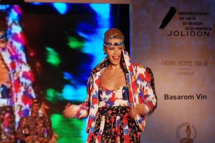 """Gala UAD 2011, un eveniment plin de culoare, dar si creatii """"inedite"""". Vezi colectia Homeless VIDEO si FOTO"""