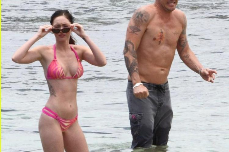 Megan Fox arata superb in costum de baie VEZI FOTO
