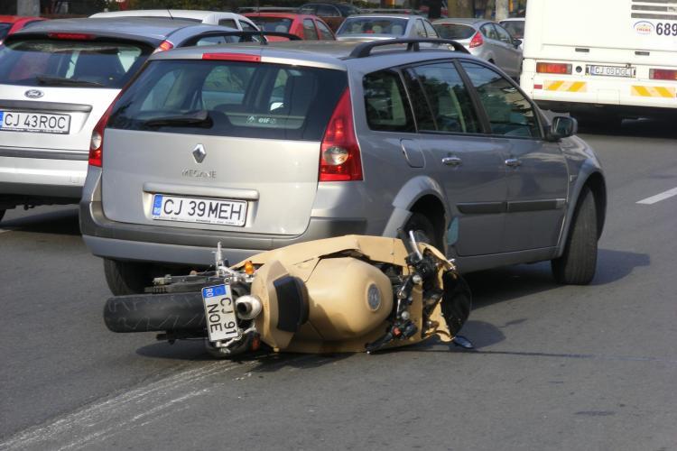 Accident pe strada Plopilor! Conducatorul unui scuter, proiectat in aer dupa ce a lovit un limitator de viteza