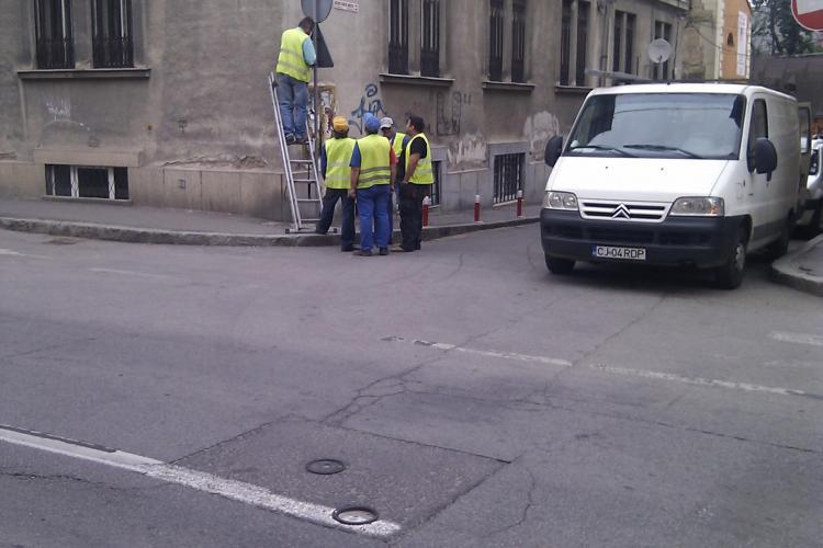 Cinci angajati ai RADP Cluj monteaza un indicator rutier! Eficienta extrema VEZI FOTO