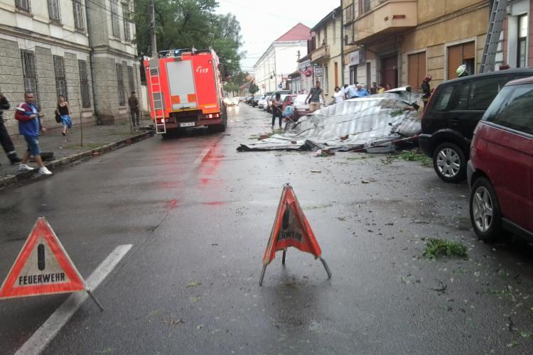 Un acoperis de pe strada Traian Mosoiu a fost luat de vijelie FOTO si VIDEO