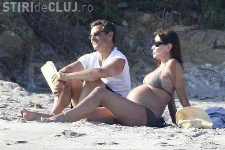 Prima doamna a Frantei, Carla Bruni-Sarkozy, insarcinata in sase luni, in costum de baie la plaja