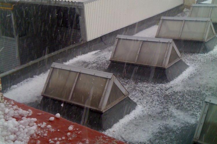 """In Zorilor a """"nins"""" cu gheata in timpul furtunii de la ora 16.00 FOTO STIREA CITITORULUI"""