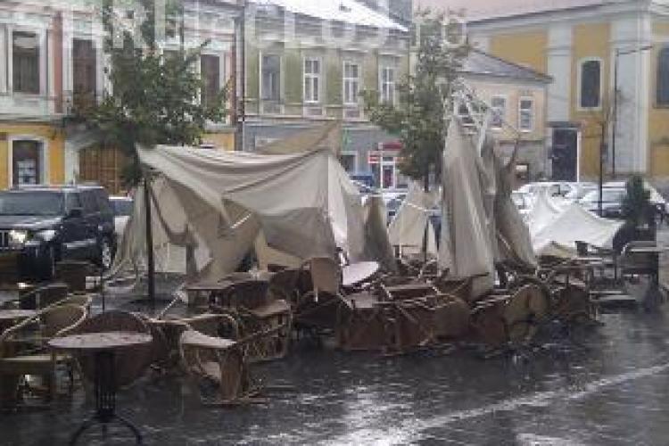 Bilant dramatic al furtunii de ieri de la Cluj: 27 de copaci doborati, 11 acoperisuri distruse, 4 subsoluri inundate