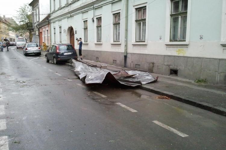 Cinci acoperisuri doborate de vijelie in centrul municipiului Cluj-Napoca VIDEO si FOTO