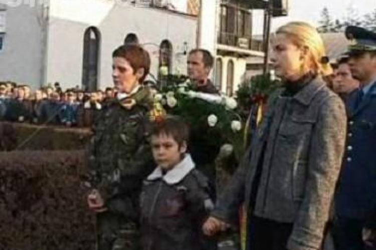 Fiul pilotului Laurentiu Chirita, care si-a pierdut si mama in accidentul de joi, va fi crescut de bunici