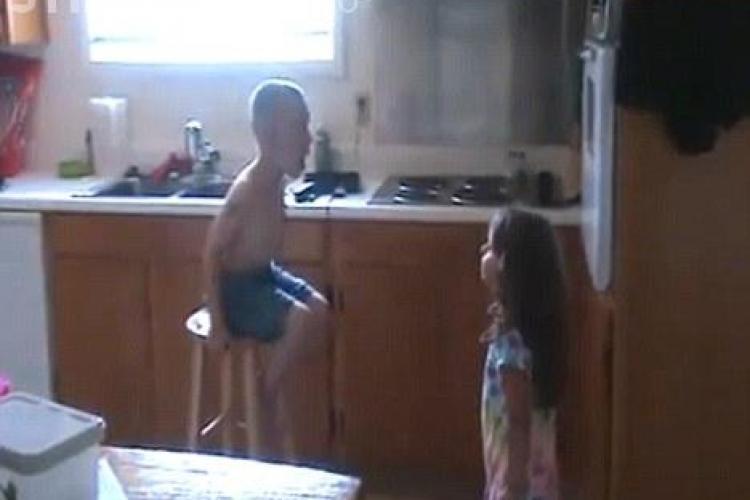 Senzatie pe YouTube: Doi copilasi se cearta pentru ca ea il cere de barbat VIDEO