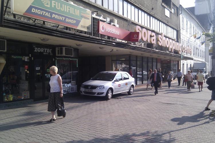 Smecher de Cluj! Un taximetrist a parcat in usa magazinului Sora STIREA CITITORULUI