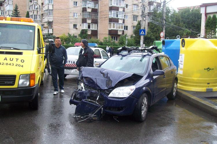 Accident pe strada Nicolae Titulescu, in zona Fiesta! Un troleibuz si doua masini au fost avariate, iar o persoana ranita- VIDEO