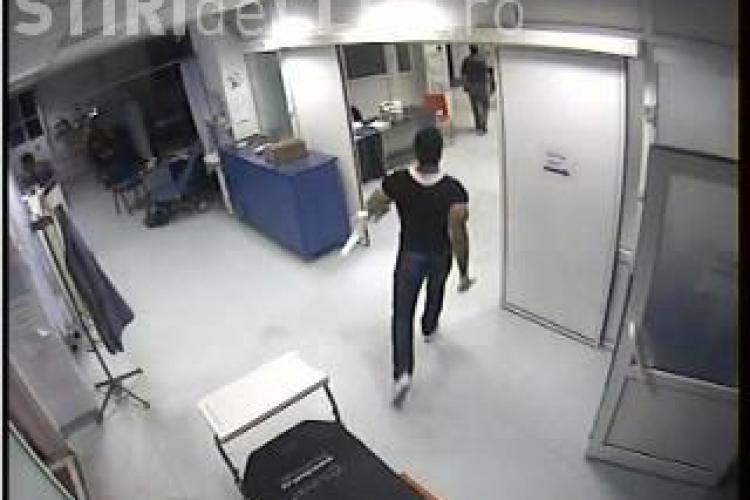 Imagini de pe camerele de supraveghere de la UPU Cluj din momentul in care Gore l-a injunghiat pe brancardier