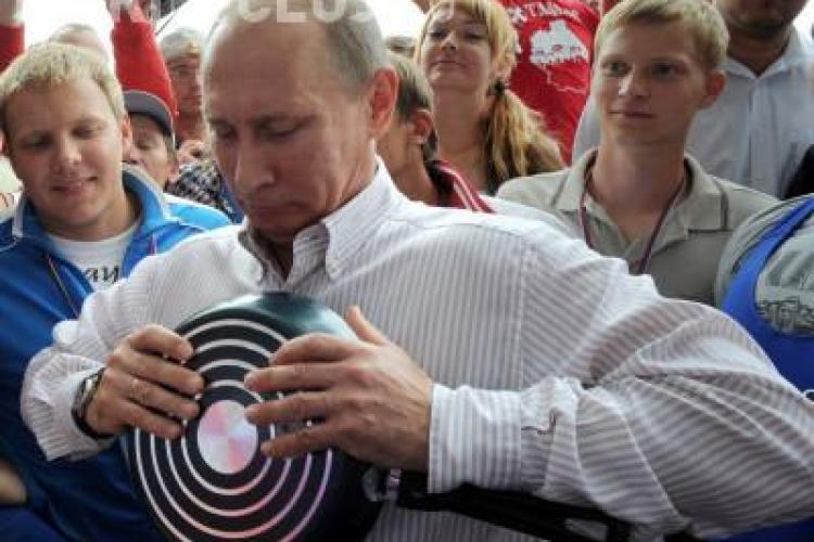Putin, premierul cu mana de fier! Indoaie o tigaie intr-o tabara de tineret VIDEO