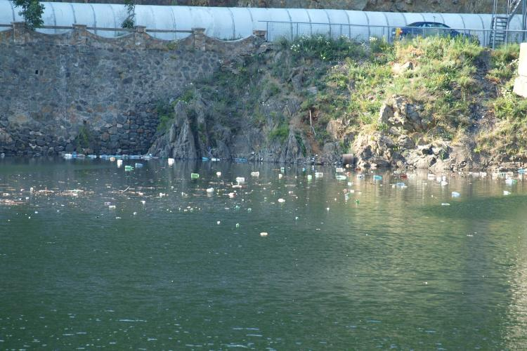 Nesimtirea la romani: Lacul Tarnita s-a transformat in groapa de gunoi Foto- STIREA CITITORULUI
