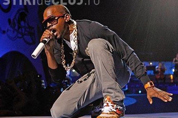 Cantaretul Kanye West a cazut pe scena in timpul unui concert - VIDEO