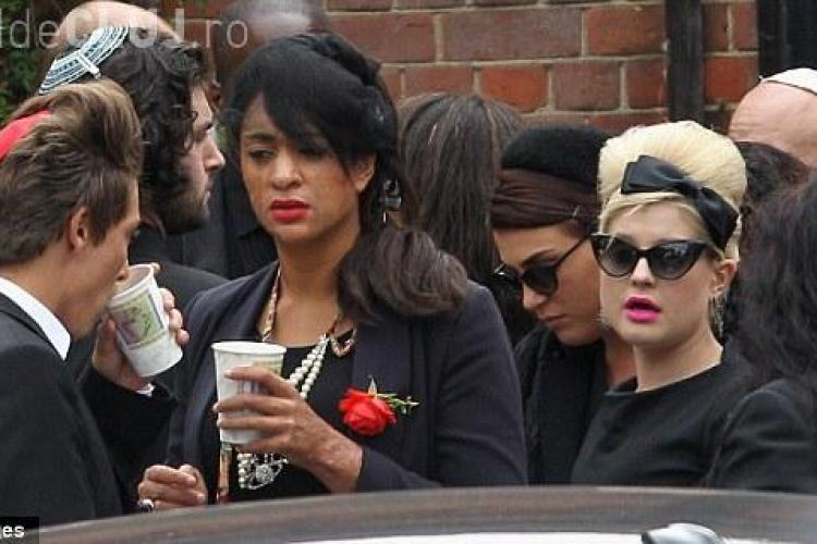 "Amy Winehouse a fost incinerata. Tatal ei si-a luat adio: ""Noapte buna, ingerul meu"" - VIDEO"