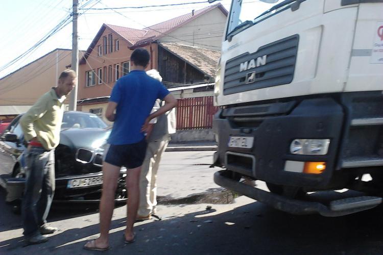 BMW facut praf de o betoniera pe strada Decebal FOTO