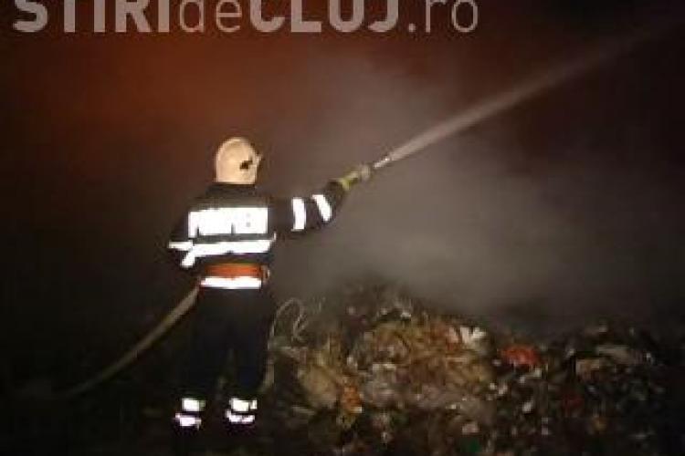 Incendiu pe rampa de gunoi de la Campia Turzii. Focul a ars aproape 12 ore VIDEO