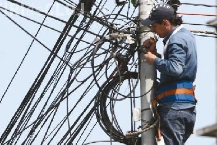 A taiat internetul de pe o strada din Dej, pentru ca o deranjau cablurile VIDEO