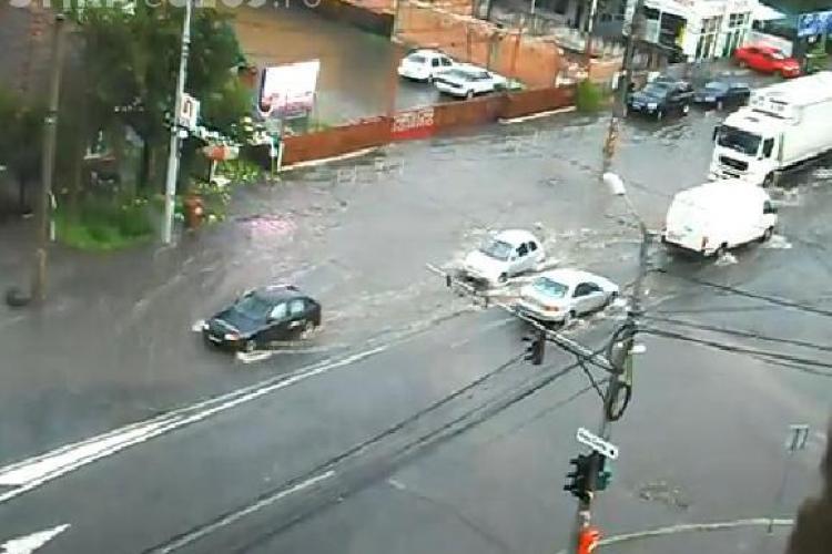 Inundatii pe strada Teodor Mihali, in urma ploii de marti dupa-amiaza VIDEO