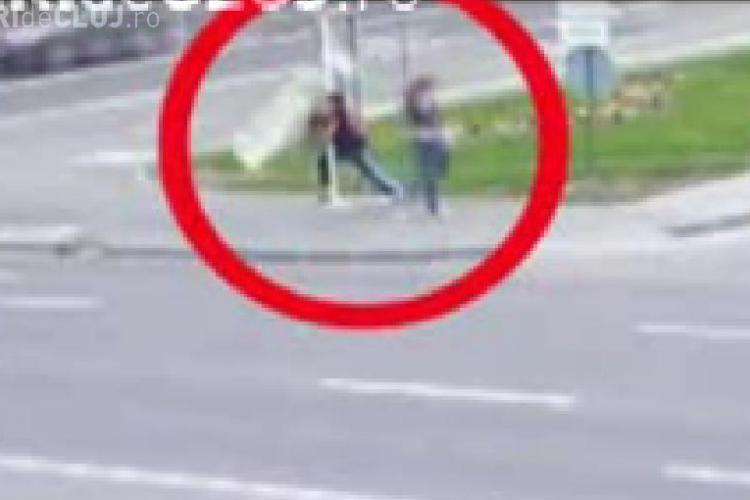 Vandal de Cluj - Un tanar a distrus un panou informational din Cluj-Napoca - VIDEO