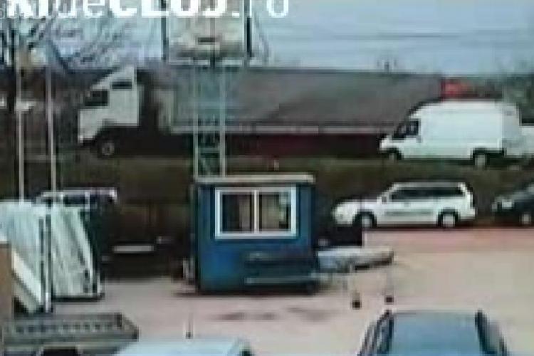 Un TIR a luat-o la vale la intrare in Zalau. Soferul repara autotrenul si nu a tras frana de mana - VIDEO