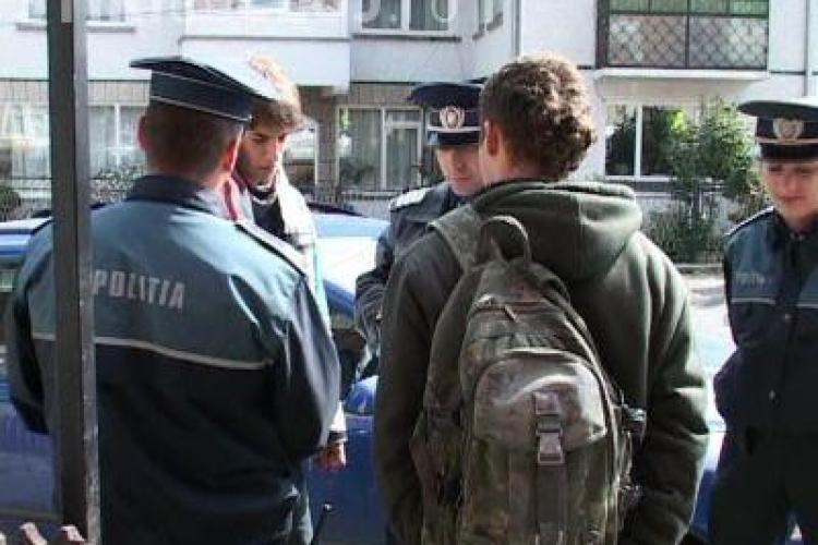 """Profesorii si politistii din Cluj-Napoca au scotocit barurile dupa elevii care chiulesc. 58 de tineri au fost gasiti la """"cafea si suc"""""""