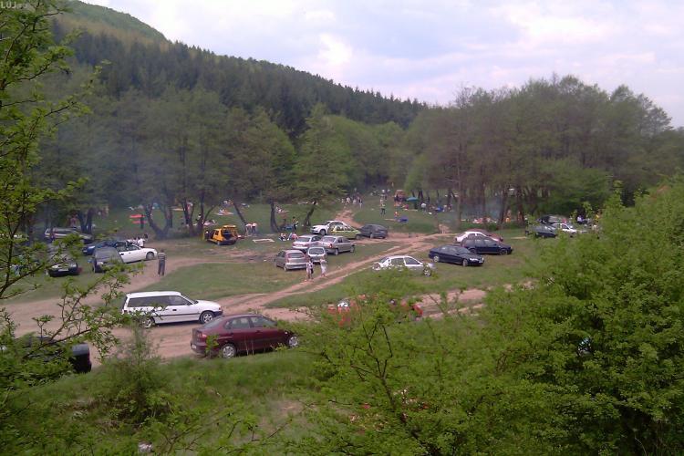 """2 Mai cu mititei, fripturi, muzica si masini parcate la """"gura"""" gratarului. Clujenii au luat cu asalt si astazi padurea Faget"""