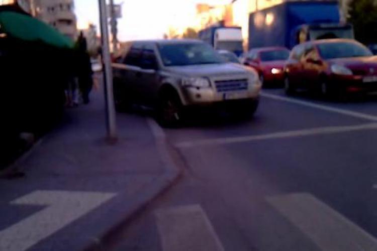 """VIDEO - SMECHER de BUCURESTI in CLUJ! Un sofer a parcat pe trotuar pentru a cumpara fructe si le-a taiat """"fata"""" celor care stateau la STOP"""