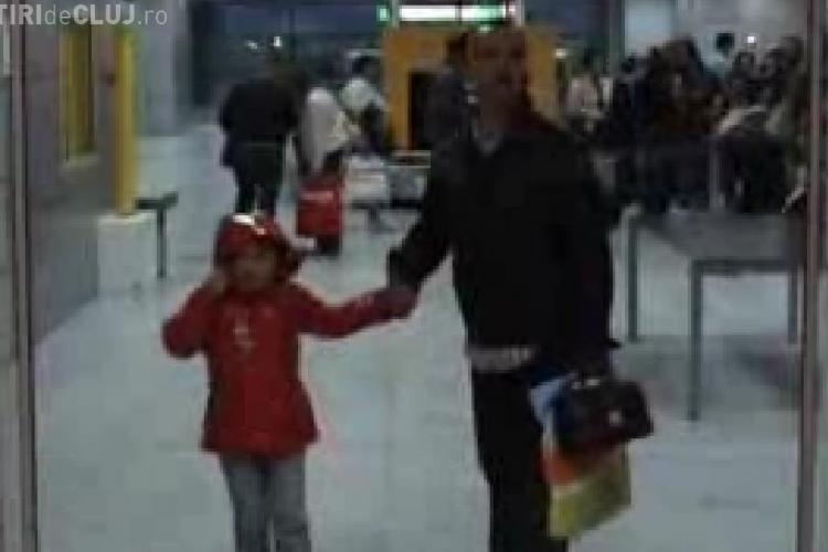 Cei 150 de clujeni blocati pe aeroportul din Egipt au revenit la Cluj in jurul orei 6.30 - Imagini VIDEO de la aterizarea turistilor la Cluj-Napoca